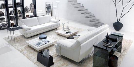 Living cu doua canapele albe din piele