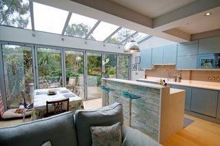 Bucatarie cu dining si living si pereti si acoperis din sticla
