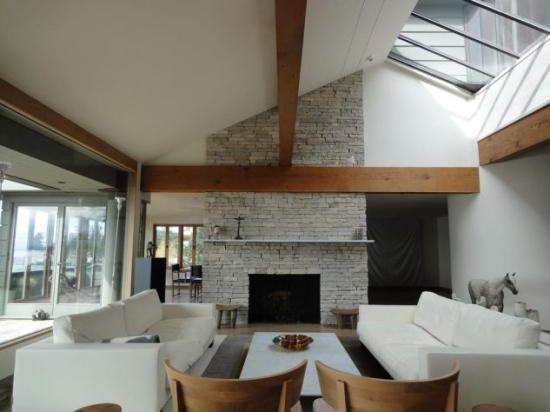 Idee decorare living eclectic cu piatra si sticla