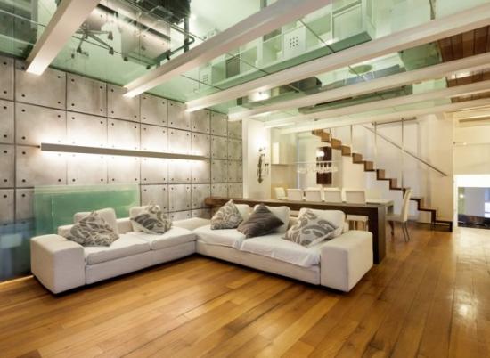 Living modern cu podea de lemn si tavan de sticla
