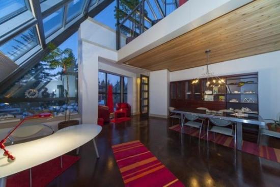 Living modern inalt cu acoperis din panouri de sticla