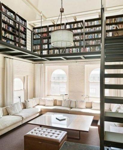 Amenajarea unei biblioteci loft deasupra livingului