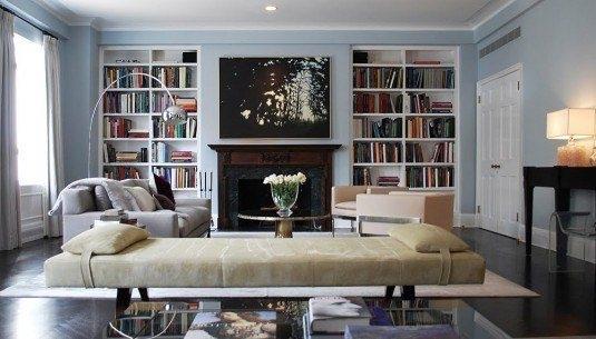 Living cu biblioteca, semineu si lampadar