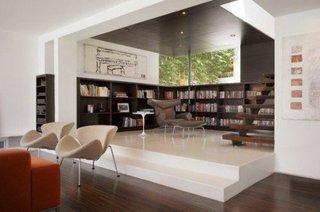 Spatiu din living alocat bibliotecii cu spatiu de citit in interior