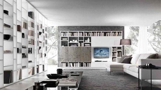 Televizor pozitionat in interiorul bibliotecii