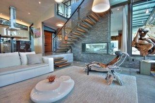 Zona de relaxare cu diferenta de nivel in living