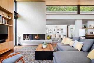 Living modern cu perete de caramida alba
