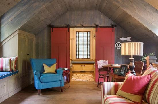 Camera la mansarda cu usa de hambar rosie