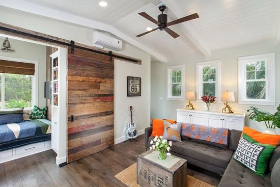 Living despartit de dormitor prin usa glisanta de lemn
