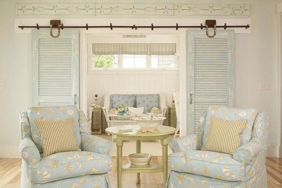 Living rustic romantic cu usi glisante din lemn vopsite cu patina