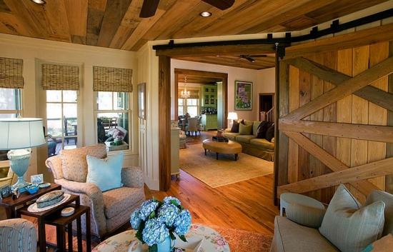 Usa de hambar din lemn masiv folosita in interior de living clasic