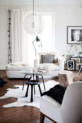 Living mic decorat cu fotolii si scaun taburet de culoare alba