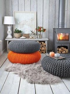 Pernute colorate rotunde in loc de scaune in living