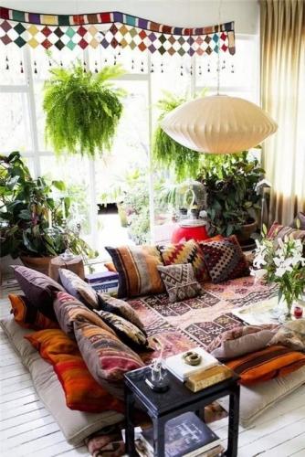 Stil oriental pentru decor living cu perne decorative pe jos
