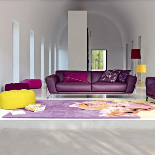 Living cu decor violet si galben