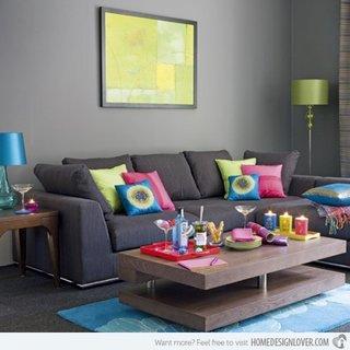 Canapea din stofa gri cu perne decorative colorate