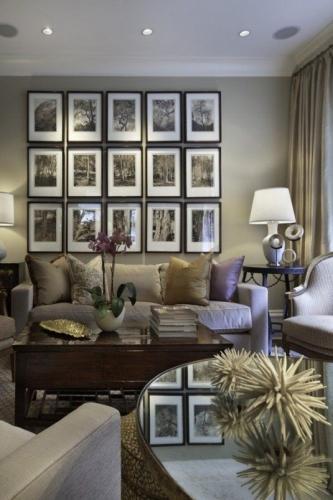 Canapea gri si tavan cu spoturi luminoase in living