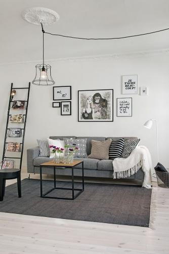 Living minimalist cu canapea gri