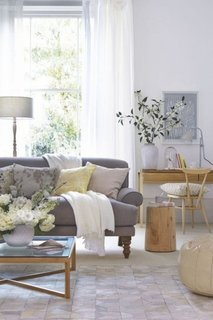 Perdele albe transparente si mobilier din lemn natur