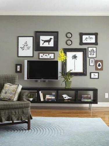 Televizor incadrat intre tablouri pe perete
