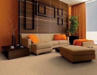 Living minimalist cu accente de maro si bej cu portocaliu