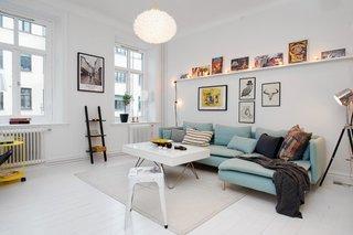 Camera de zi mica zugravita in alb si cu accente de culoare pastel