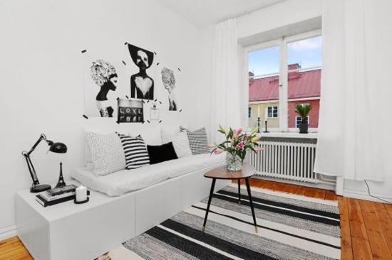 Living mic amenajat in stil contemporan cu alb si negru