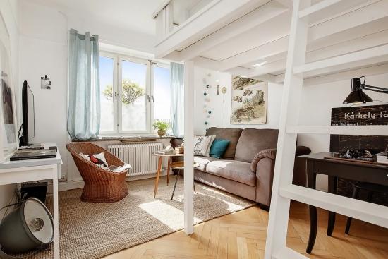 Living mic cu canapea din catifea si fotoliu de ratan