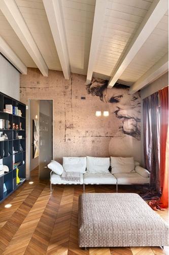 Living mic cu parchet din lemn masiv si putine piese de mobilier