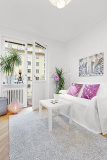 Sufragerie mica de apartament amenajata in alb si cateva pete de culoare fuchsia