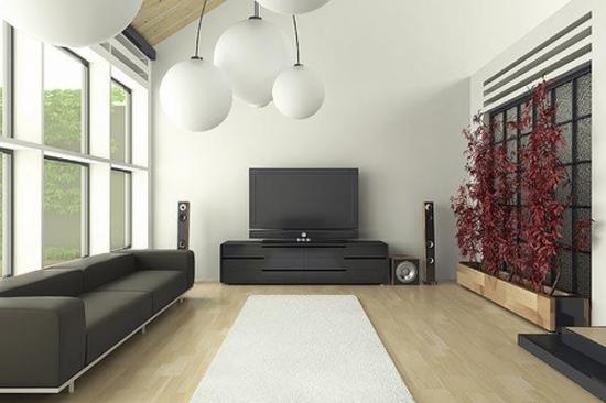 Living ingust cu parchet deschis si canapea minimalista din piele neagra