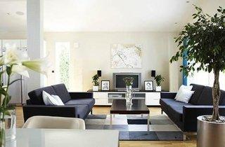Living minimalist in alb negru si gri