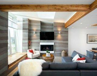 Living cu tavan cu grinzi placate cu lemn