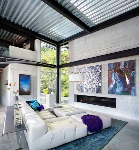 Living industrial cu pereti din ciment nefinisat si tavan din tabla ondulata