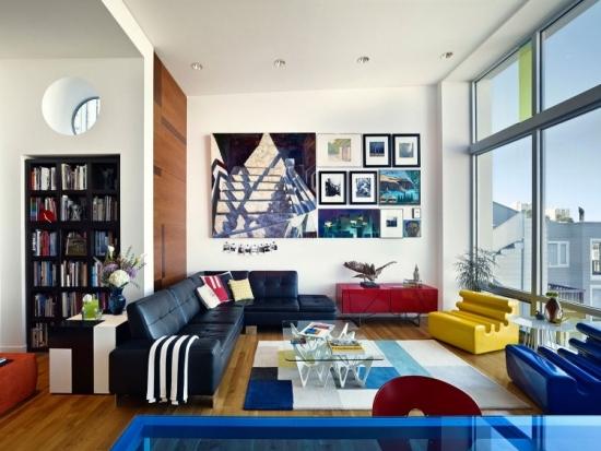 Sufragerie cu mobilier modern colorat si canapea neagra de piele