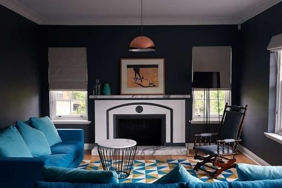Sufragerie cu pereti negri si canapea pe colt albastra
