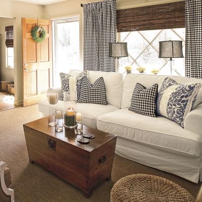Asortarea pernelor decorative de la canapea cu draperiile de living