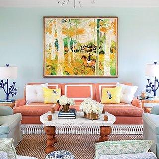 Canapea portocaliu cu alb in living cu pereti gri deschis