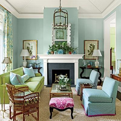Living bleu cu canapea verde si fotolii bleu