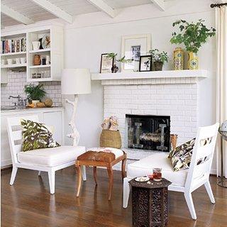 Living open space cu bucatarie zugravit in alb si cu semineu placat cu caramida alba