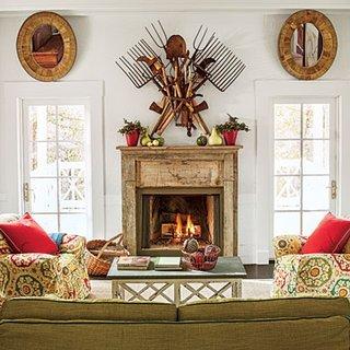 Obiecte decorative neobisnuite asezate pe peretele din fata canapelei