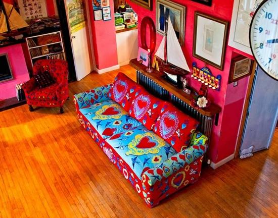 Canapea clasica retapitata cu sfofa viu colorata si transformata intr-una moderna