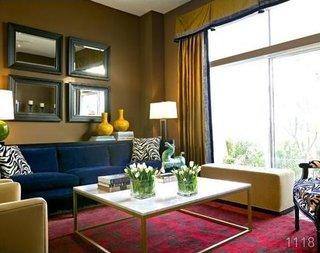 Canapea din plus albastru pentru un living modern