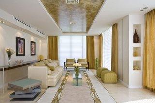 Interior luxos pentru un living decorat in nuante de crem si galben