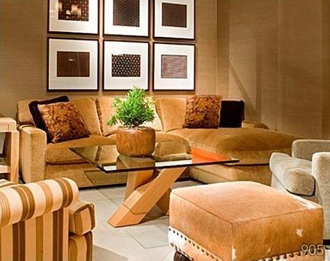 Superba colectie de tablouri asezata deasupra canapelei din living