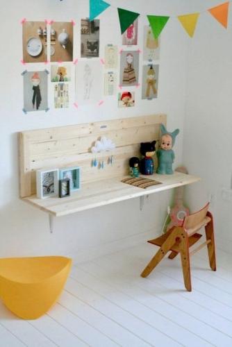 Birou mic din lemn suspendat pe perete