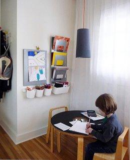 Colt cu masuta de activitati copii asezat langa fereastra