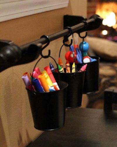 Creioane si carioci asezate in galetuse decorative prinsa de sina metalica