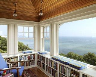 Bancheta cu biblioteca la fereastra