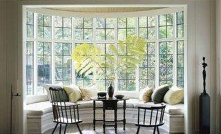 Bancheta semicirculara la fereastra